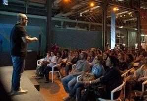 Público assiste à palestra do fotógrafo Bob Wolfenson Foto: Adriana lorete / Agência O Globo
