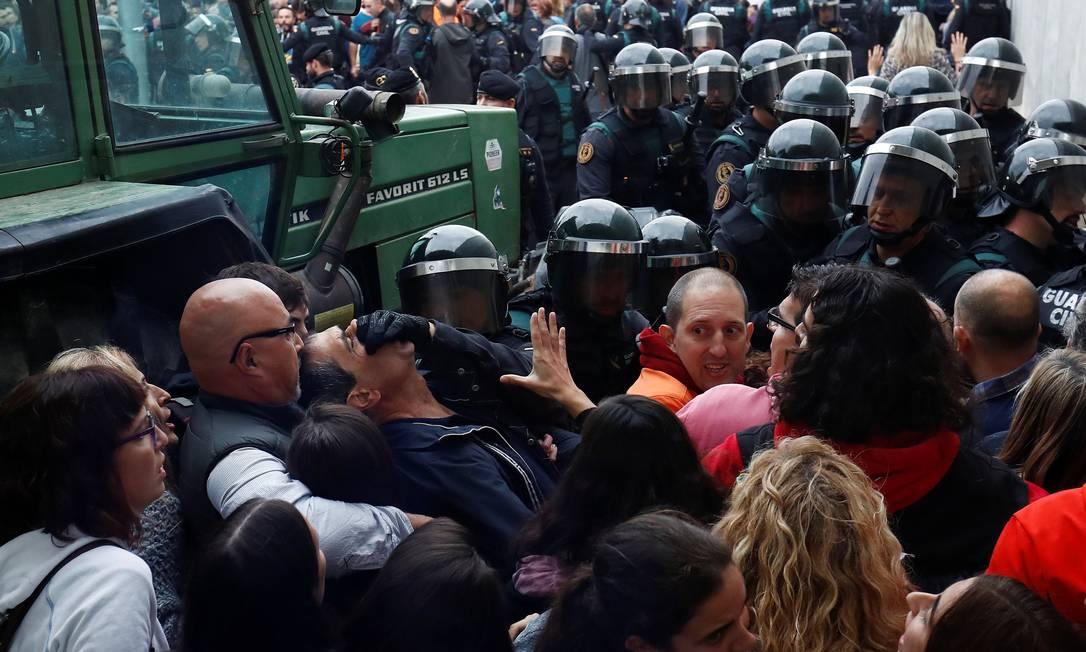 Policiais fizeram cordões de isolamento para impedir a entrada das pessoas nos locais de votação Foto: JUAN MEDINA / REUTERS