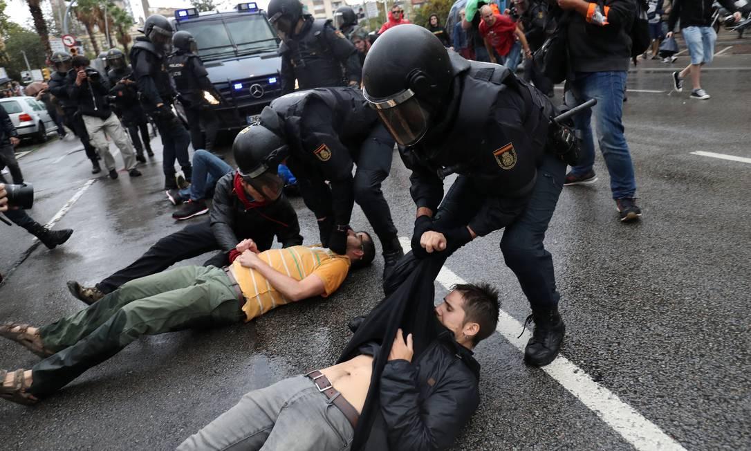 Homens que se deitaram no chão foram arrastados por policiais Foto: SUSANA VERA / REUTERS