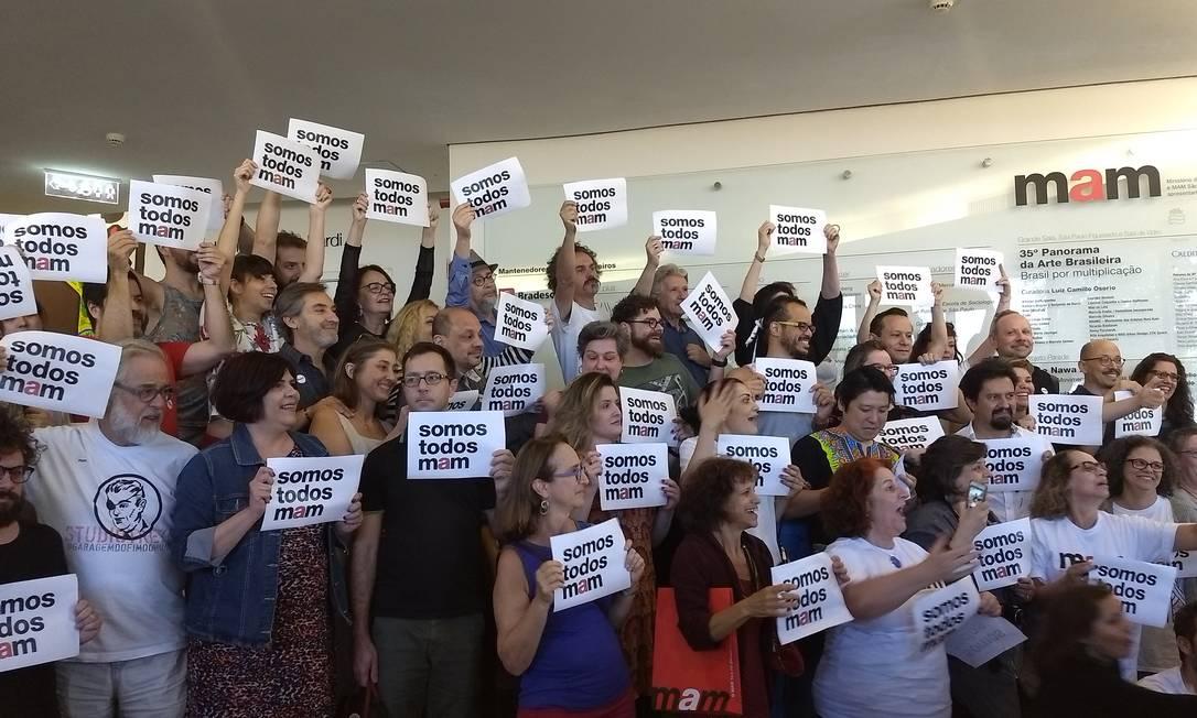 Manifestantes fazem ato de apoio ao MAM Foto: João Sorima Neto / Agência O Globo