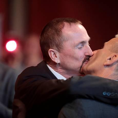 O casal Karl Kreil e Bodo Mende se casaram neste domingo, em Berlim Foto: AXEL SCHMIDT / REUTERS