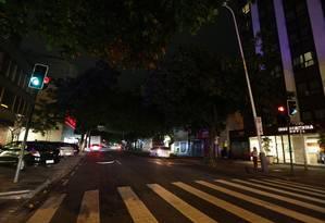 Falta de luz em alguns postes da Visconde de Pirajá, em Ipanema, entre os números 540 e 480 Foto: Marcio Alves / Agência O Globo