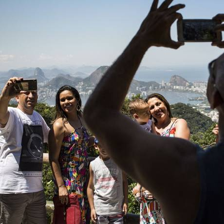 Família faz fotos da paisagem na Vista Chinesa: policiamento reforçado Foto: Ana Branco / Agência O Globo