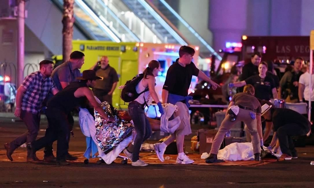 Dentre os feridos, estão dois policiais. Um deles encontra-se em estado crítico, e outro tem ferimentos leves, segundo agentes de segurança. Outro agente de segurança, que estava de folga assistindo ao show, morreu vítima dos disparos Foto: Ethan Miller / AFP