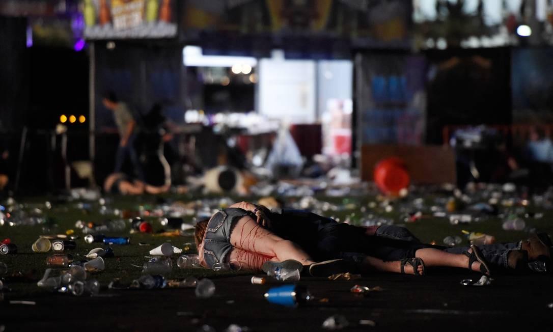 O autor do massacre atirou do 32º andar do hotel Mandalay Bay, localizado na Avenida Central Strip Foto: David Becker / AFP