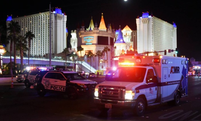 LAS VEGAS, NV - OCTOBER 02: An ambulance leaves the intersection of Las Vegas Boulevard and Tropicana Ave. after a mass shooting at a country music festival nearby on October 2, 2017 in Las Vegas, Nevada. A gunman has opened fire on a music festival in Las Vegas, leaving at least 20 people dead and more than 100 injured. Police have confirmed that one suspect has been shot. The investigation is ongoing. Ethan Miller/Getty Images/AFP== FOR NEWSPAPERS, INTERNET, TELCOS & TELEVISION USE ONLY == Foto: Ethan Miller / AFP