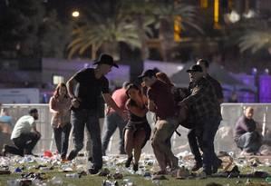 Espectadores carregam feridos em Las Vegas Foto: David Becker / AFP