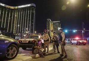 Policiais em grente ao resort Mandalay Bay Foto: John Locher / AP