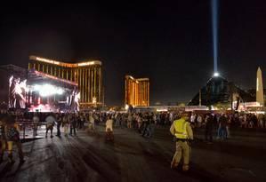 O festival Route 91 Harvest e o Mandalay Bay Hotel , de onde o homem atirou contra o público, atrás do palco, em Las Vegas Foto: HANDOUT / Bill Hughes/Las Vegas News Burea
