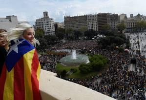 Mulher veste a Estelada, bandeira separatista catalã, na Praça da Catalunha, onde uma multidão protesta um dia após após o referendo de independência em Barcelona Foto: ELOY ALONSO / REUTERS