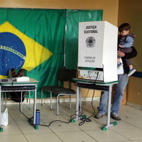 Eleitor vota em uma seção eleitoral de São Bernardo do Campo, em SP, em 2016 Foto: REUTERS/Paulo Whitaker