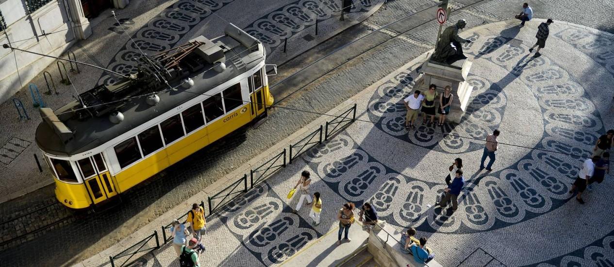 Um bonde passa pelo Chiado, em Lisboa: Portugal foi eleito o melhor destino europeu em 2017 Foto: Patrícia de Melo Moreira / AFP