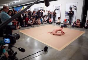 """Wagner Schwartz na performance """"La bête"""", no Museu de Arte Moderna de São Paulo Foto: Reprodução"""