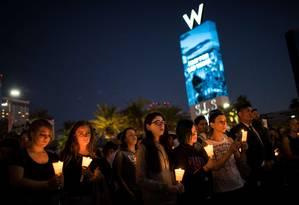 Pessoas homenageiam vítimas de massacre em Las Vegas Foto: Drew Angerer / AFP
