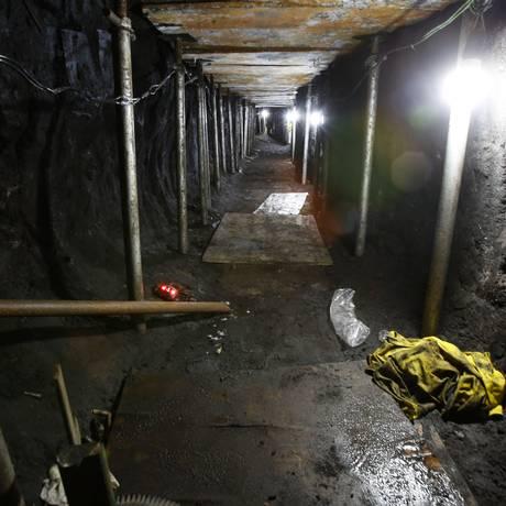 Túnel cavado por assaltantes é escorado com madeira e ferro e tem cerca de 1,5m de altura Foto: Edilson Dantas / Agência O Globo