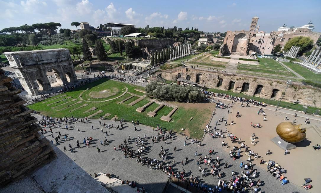 Do alto do Coliseu, o Arco de Constantino à esquerda e a fila para visitar o monumento, que vai abrir os níveis superiores recém-restaurados à visitação, a partir de 1º de novembro Foto: ANDREAS SOLARO / AFP