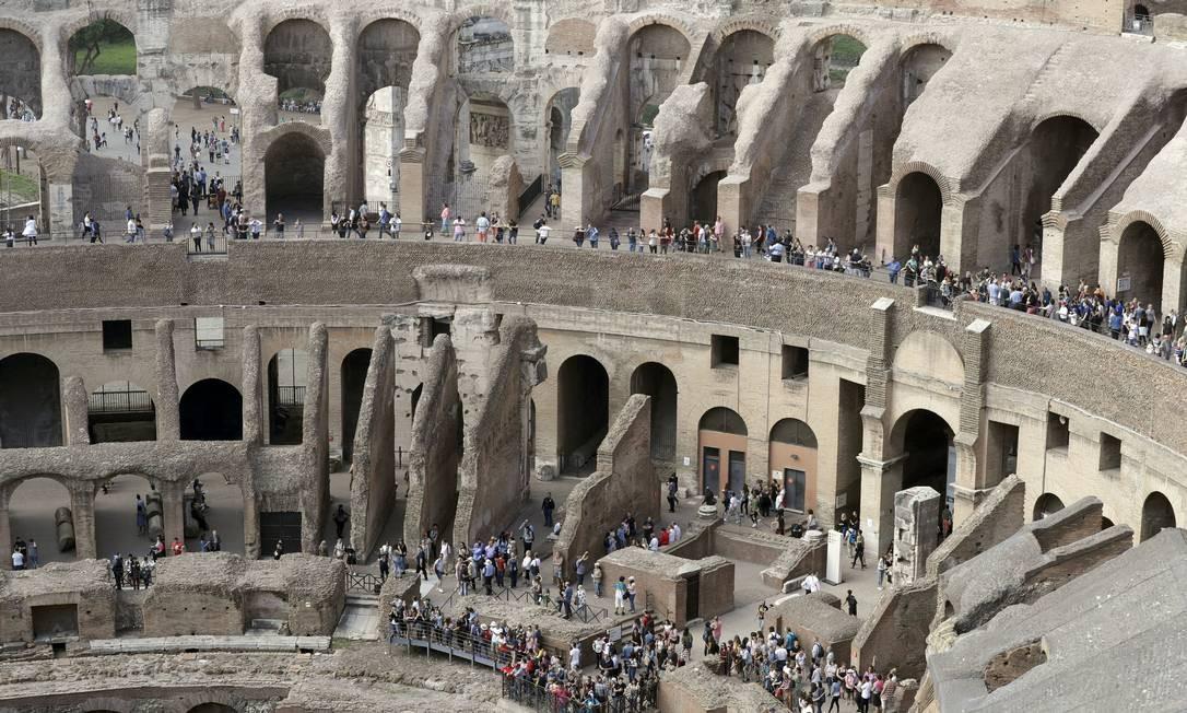 Também conhecida como Anfiteatro Flaviano, a construção é uma das principais atrações turísticas da Itália e recebe cerca de 6,5 milhões de visitantes por ano Foto: Andrew Medichini / AP