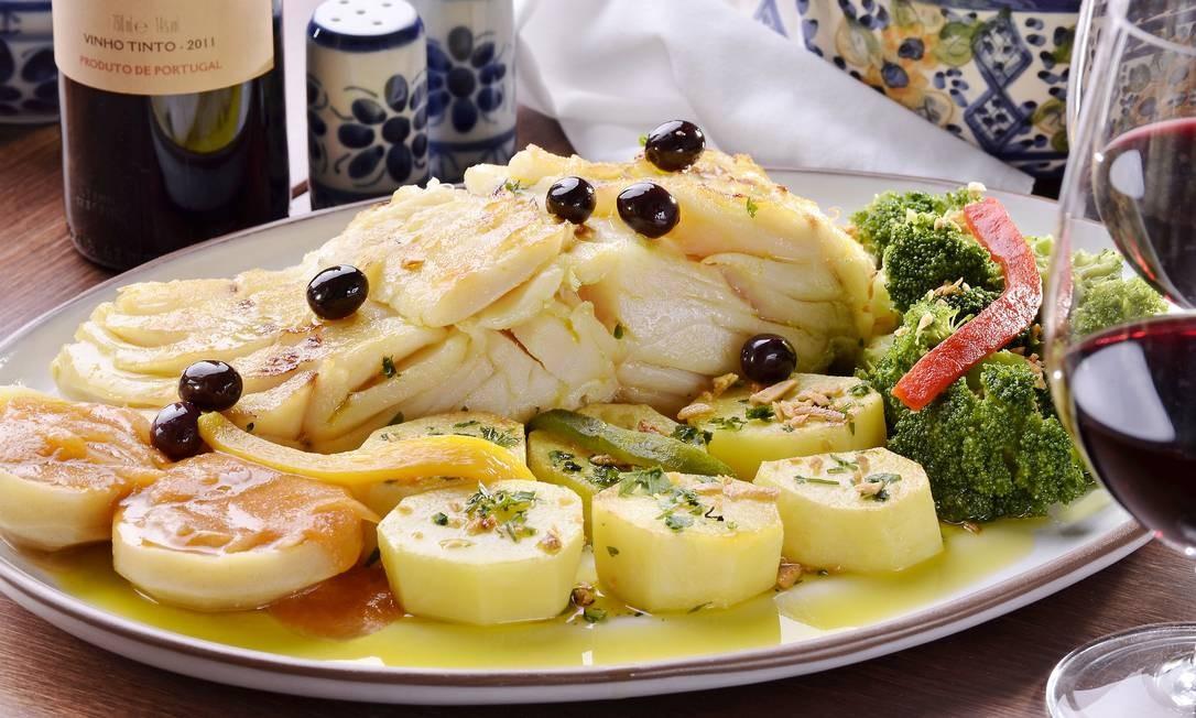 O Bacalhau à Madeira (R$ 240), opção do Rancho Português, é um clássico da Terrinha e traz posta de bacalhau frita no azeite, servida com batatas douradas, brócolis, alcachofras ao molho de tomate, pimentão, alho, salsinha e azeitonas. Rancho Português: Rua Maria Quitéria 136, Ipanema — 2287-0335. Seg a qui, do meio-dia às 0h30. Sex e sáb, do meio-dia à 1h30. Dom, das 12h às 23h Foto: Divulgação