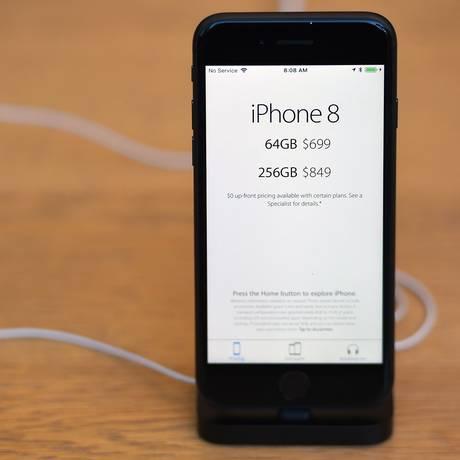 Um iPhone 8 em uma loja da Apple em São Francisco Foto: JOSH EDELSON / Agência O Globo/22-9-2017