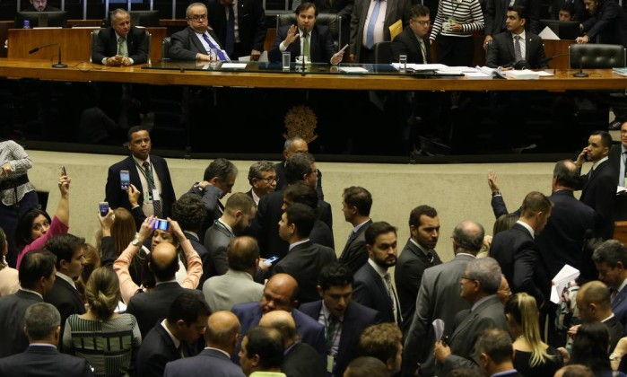 Em 2º turno, Senado aprova cláusula de desempenho e fim das coligações