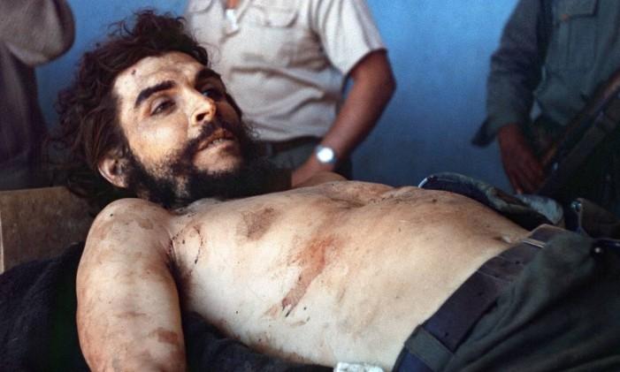 """Jornalista da AFP Marc Hutten registrou o corpo do líder guerrilheiro argentino Ernesto """"Che"""" Guevara exposto em um necrotério improvisado na Bolívia Foto: MARC HUTTEN / AFP"""