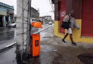 Lixeira quebrada na esquina Avenida Amaro Cavalcante com Rua Dr. Bulhões Foto: Paulo Nicolella / Agência O Globo