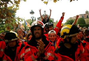Bombeiros e civis catalães protestam a favor da independência da região espanhola Foto: JON NAZCA / REUTERS