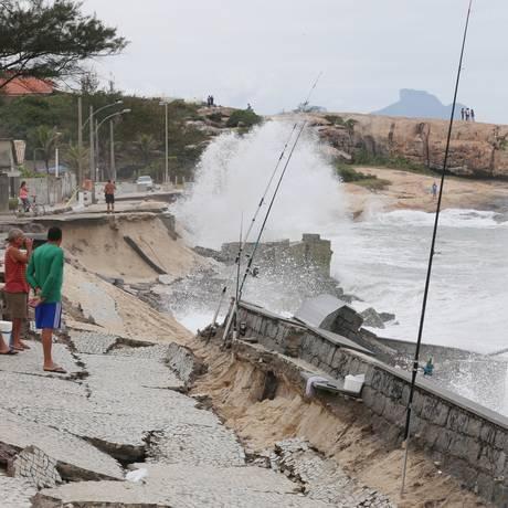 Ruínas. Pescadores observam a ressaca do calçadão que desmoronou: prefeitura ainda estuda soluções Foto: Fabiano Rocha / Fabiano Rocha