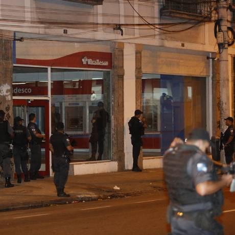 Cerco policial foi feito na agência após segurança do banco chamar a PM Foto: Fabio Guimaraes / Agência O Globo