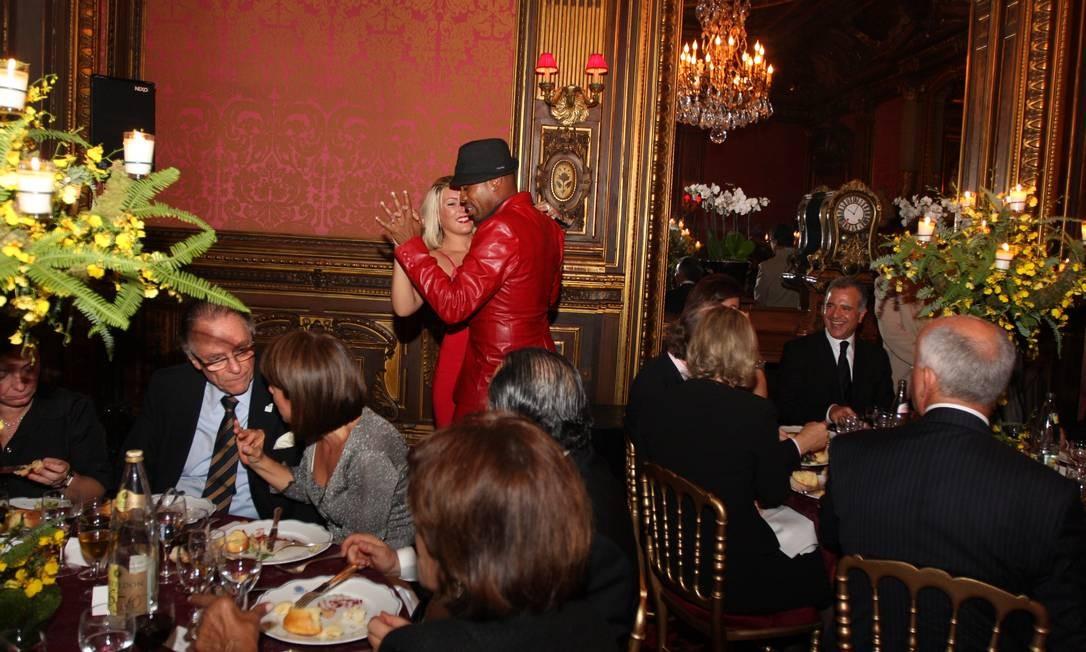 O presidente do COB, Arthur Nuzman, no jantar que antecedeu à 'farra dos guardanapos', em Paris, em 2009 Foto: Reprodução