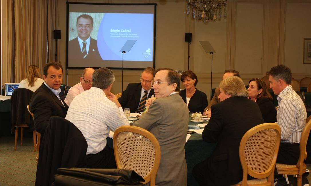 O ex-governador Sérgio Cabral reunido com Arthur Nuzman, e o diretor-geral de operações da Rio-2016 (de óculos e de costas usando terno marrom) Foto: Reprodução
