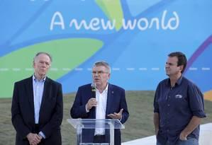 O presidente do COI, Thomas Bach, entre Nuzman e o ex-prefeito do Rio, Eduardo Paes, durante visita à Orla Conde antes dos Jogos Olímpicos de 2016 Foto: Domingos Peixoto / Agência O Globo