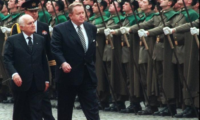 O presidente da Finlândia, Martti Ahtisaari, caminha ao lado do presidente italiano, Oscar Luigi Scalfaro, Foto: Bruno Moseoni / AP