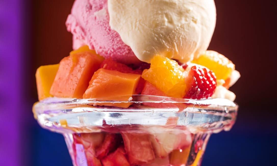 Oklahoma. O sorvete com salada de frutas leva morango, mamão, laranja, maçã, abacaxi, manga e melão (R$ 20) Foto: Filico / Divulgação