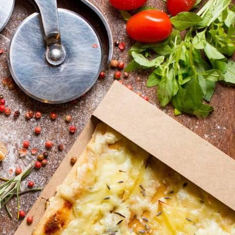 Vero. A pizza al taglio com flor de lavanda sai a R$ 15 Foto: Lipe Borges / Divulgação