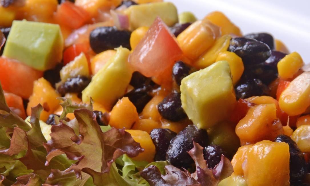 Uh Lalá: Saladas de Feijão preto com abacate, milho, tomate e alface fresca (no bufê, R$ 110 o quilo). Rua Aristides Espínola 88, Leblon - 2279-4473. Foto: Divulgação/Maria Mattos