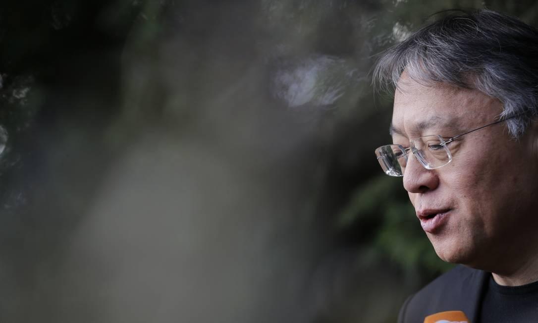 O romancista Kazuo Ishiguro em uma coletiva de imprensa em sua casa, em Londres, logo após o anúncio do Nobel Foto: Alastair Grant / AP