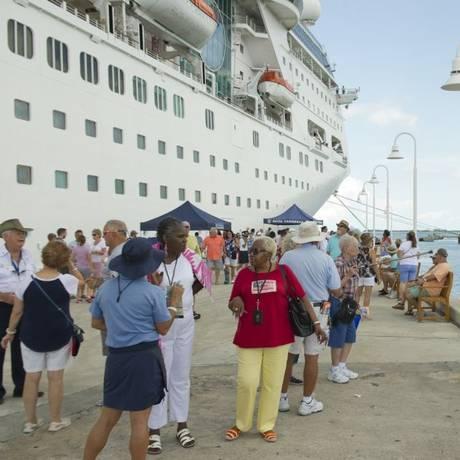 Passageiros do Empress of the Seas em Key West, na Flórida Foto: AP/24-9-2017 / Rob O'Neal