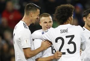 Kimmich, ao centro, é abraçado ao fazer o terceiro gol alemão Foto: Peter Morrison / AP