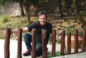 """O coreógrafo no jardim de sua casa, no Itanhangá: """"Quero sugerir profissionais, novos formatos"""" Foto: Rodrigo Berthone / Agência O Globo"""