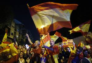 Manifestantes pró-coesão da Espanha protestam em Sant Boi de Llobregat, arredores de Barcelona Foto: Manu Fernandez / AP
