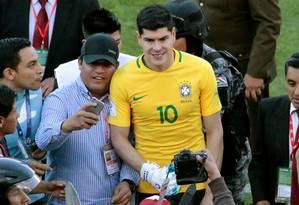 Goleiro boliviano Lampe posa com torcedores e a camisa que ganhou de Neymar Foto: STRINGER / REUTERS
