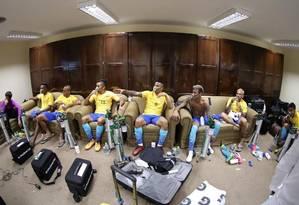 Jogadores do Brasil com máscaras de oxigênio após o empate em La Paz Foto: Reprodução