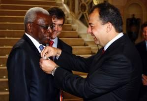 Em 2008, no Palácio Guanabara, Cabral entrega medalha comemorativa a Lamine Diack, à época presidente da Federação Internacional de Atletismo Foto: Ivo Gonzalez / Agência O Globo