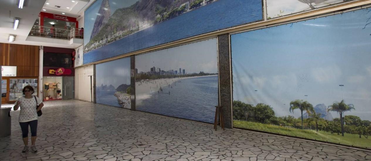 Atrás dos tapumes. Painéis com paisagens do Rio foram instalados após o fechamento dos cinemas Largo do Machado 1 e 2: igreja tentou funcionar, mas a Justiça não permitiu Foto: Alexandre Cassiano / Agência O Globo