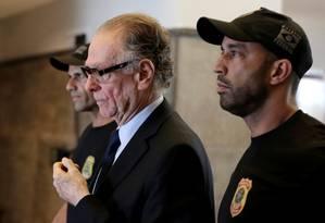 O presidente do COB, Carlos Arthur Nuzman, é conduzido por um agente da Polícia Federal Foto: BRUNO KELLY / REUTERS