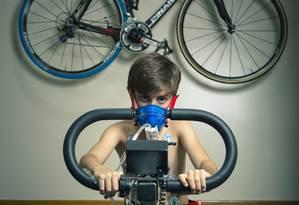 Rafael Herchenhorn, de 10 anos, passa por bateria de exames aplicados no Laboratorio de Performance Humana da Casa de Saúde São José, no Humaitá Foto: Leo Martins / Leo Martins
