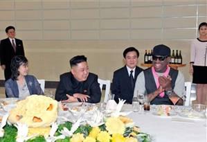 Kim Jong-un e ex-estrela do basquete, Dennis Rodman, durante encontro em Pyongyang Foto: KCNA