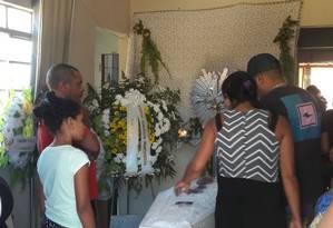 Familiares se despedem de Davi, uma das cinco crianças que morreram na creche de Janaúba (MG) Foto: Sérgio Roxo / Agência O GLOBO