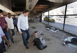 O prefeito Marcelo Crivella visita a cracolândia em frente à Favela Parque União, na Avenida Brasil Foto: Marcio Alves / Agência O Globo